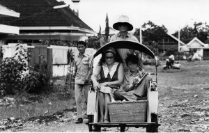 Miny met zoon Toto in betjah op weg naar gevangenis in Malang